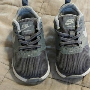 New never worn Nike size 4C boys sneakers